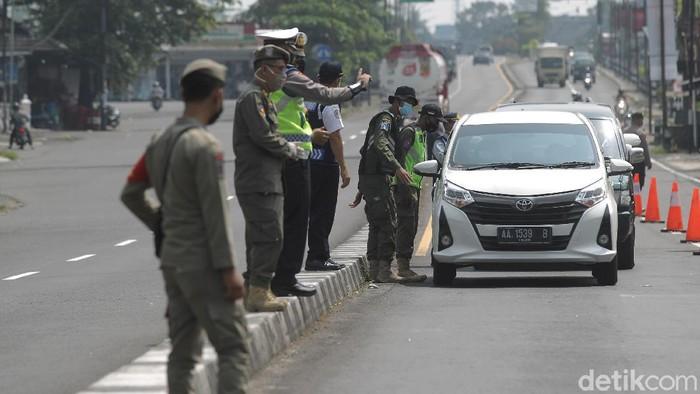 Petugas gabungan melaksanakan operasi penyekatan larangan mudik lebaran 2021 di pos perbatasan D.I.Yogyakarta Jawa Tengah, Tempel, Sleman, Rabu (12/5/2021).