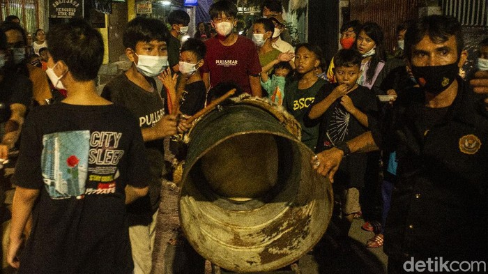 menyambut Hari Raya Idul Fitri, sejumlah warga Sawah besar, Jakarta, mengarak beduk keliling kampung.