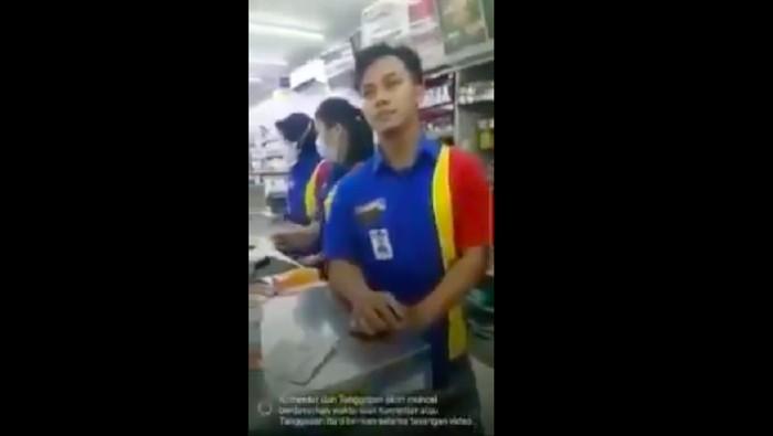 Seorang kasir Indomaret dimarahi pria gegara ada anak beli voucher game online Rp 800 ribu. (Istimewa)