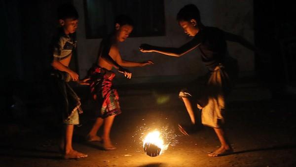 Tradisi sepakbola api yang dimainkan jelang pelaksanaan ibadah sahur pada malam terakhir bulan Ramadhan tersebut merupakan wujud rasa syukur masyarakat sekitar karena dapat menjalankan ibadah puasa hingga dipenghujung bulan Ramadhan.