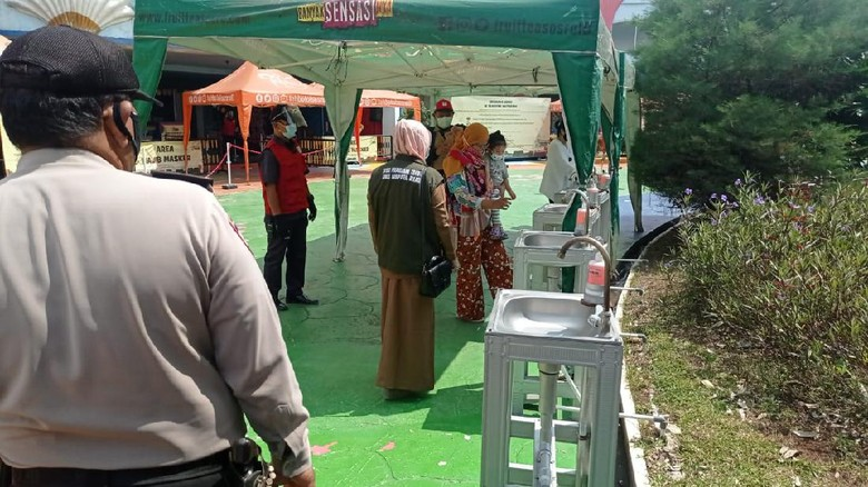 Penerapan prokes di Transera Waterpark Bekasi.