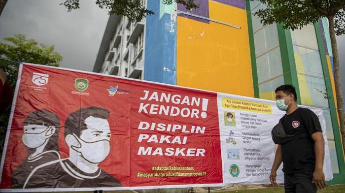 Petugas Satpol PP Provinsi Sumatera Selatan berjaga di halaman rumah sehat COVID-19 wisma atlet tower 8, Jakabaring Sport City (JSC), Palembang, Sumatera Selatan, Rabu (12/5/2021). Pemerintah Provinsi Sumatera Selatan mejadikan wisma atlet tower 8, Jakabaring Sport City (JSC) sebagai tempat isolasi dan pengobatan pasien COVID-19 sebagai langkah untuk mengantisipasi tingkat keterisian tempat tidur (bed occupancy rate) di Kota Palembang yang hampir menyentuh 70 persen. ANTARA FOTO/Nova Wahyudi/nz