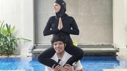 Pasangan baru Aurel Hermansyah dan Atta Halilintar belajar Yoga Kamasutra. Pelatihnya, Fajar Putra, membeberkan apa saja yang dipelajari dalam variasi yoga ini.