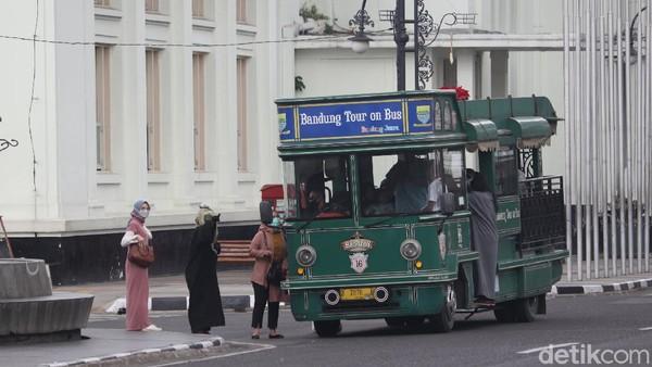 Traveler yang ingin menaiki Bandros, bisa datang ke Alun-alun Bandung. Atau, traveler yang mau naik Bandros, terdapat dua halte yang terletak di Taman Lansia dan Alun-Alun. (Wisma Putra/detikTravel)