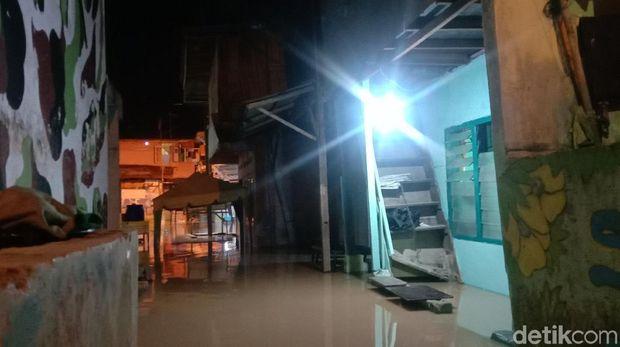 Banjir malam ini di Kampung Aur, Medan (Ahmad Arfah/detikcom)
