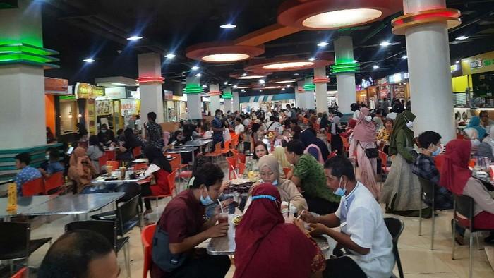 Banyak Tempat Makan di Surabaya Tutup, Food Court Mal Diserbu Masyarakat