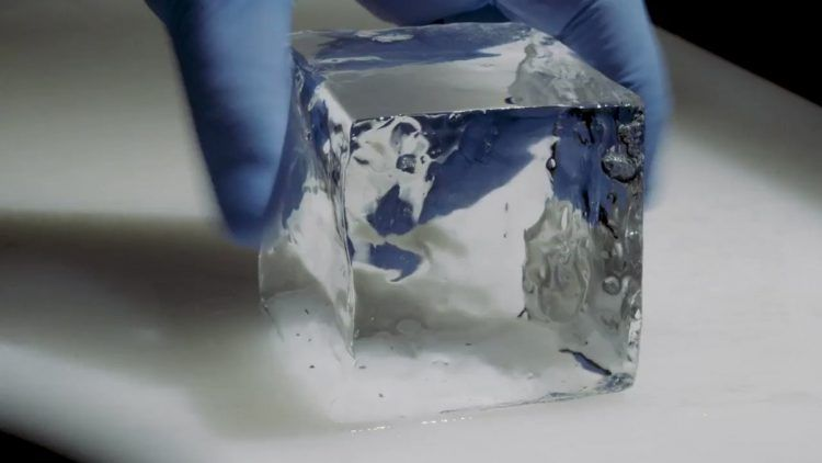 Bartender Jepang Jago Pahat Es Batu Jadi Bentuk Berlian!