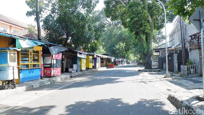 Sejumlah ruas jalan di Kota Bandung terpantau lengang di hari pertama Lebaran. Kondisi jalan yang lengang itu pun dimanfaatkan sejumlah warga untuk berswafoto.