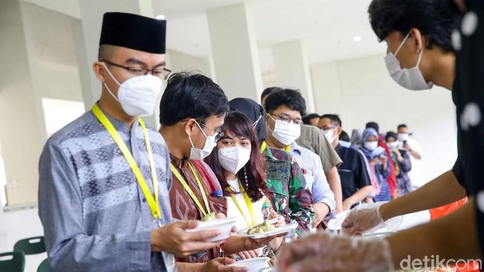 BPJS Ketenagakerjaan berbagi kebahagiaan di hari raya Idul Fitri bersama relawan medis dan non medis di Rumah Sakit Darurat Covid-19 Wisma Atlet Kemayoran, Kamis (13/5).