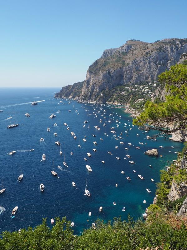 Capri yang terletak di Teluk Napoli, biasanya dikenal sebagai tempat liburannya kalangan sultan alias pengunjung kelas atas. Tetapi tahun ini, alih-alih menggunakan hotel mewah dan pemandangan laut yang indah untuk memancing minat pengunjung, mereka memilih strategi yang lebih sederhana, dengan mengatakan ke turis-turis kalau penduduk pulau semuanya telah divaksinasi. (Foto: Photo by Filippo Biasiolo on Unsplash)