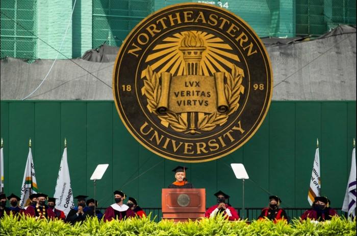 Fitrah Teng saat berpidato di acara wisuda Northeastern University, Amerika Serikat