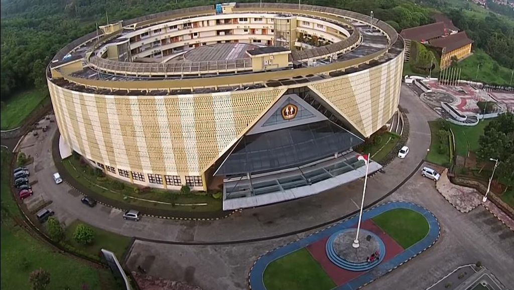 Uniknya Gedung Rektorat Unpad : Mirip Koloseum Roma Berkonsep Desa Bambu