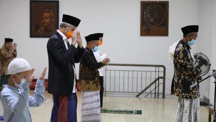 Gubernur Jateng Ganjar Pranowo salat Id di rumah dinasnya di Semarang