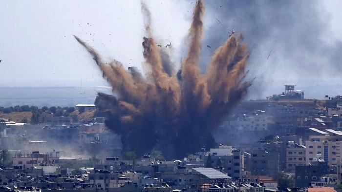 Militer Israel terus meluncurkan serangan udara ke Jalur Gaza di hari perayaan Idul Fitri. Hingga Kamis pagi, jumlah warga Palestina yang meninggal telah mencapai 69 orang.