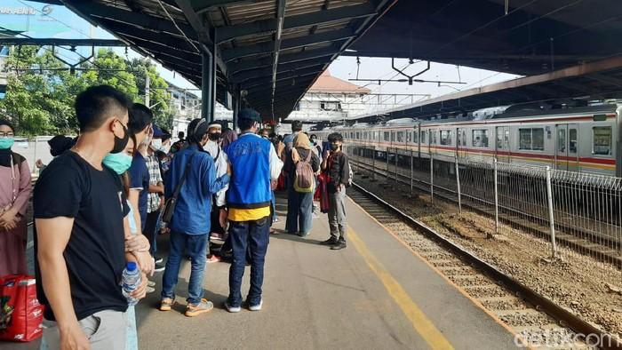 Stasiun Tanah Abang di Jakarta Pusat sesekali tampak ramai pada siang ini. Banyak orang memanfaatkan alat transportasi massal tersebut di hari pertama Lebaran.