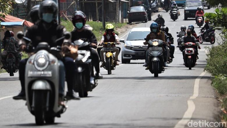 Momen Lebaran tahun ini turut larang mudik lokal. Meski begitu, masih ada warga di Bandung yang tetap mudik untuk bersilaturahmi dengan keluarga saat Lebaran.