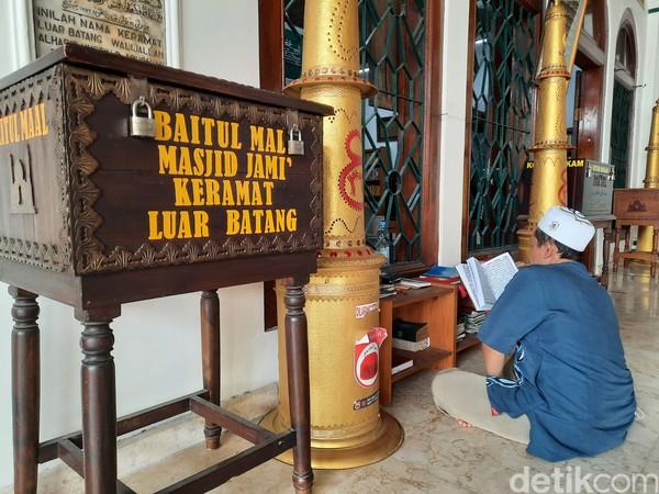 Dimasa pandemi COVID-19, Sudarno merasakan ada penurunan pengunjung walaupun makam dan masjid ini tak pernah ditutup.