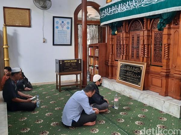 Parkiran penuh dengan kendaraan roda empat sedangkan jalanan di sekitar masjid dipadati motor yang diparkir. Masuk ke masjid, tampak puluhan orang datang dan langsung menuju ke Makam Habib Husein untuk berziarah.