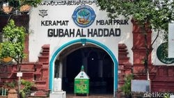 Tak Bisa Mudik, Warga Wisata Religi ke Makam Mbah Priok