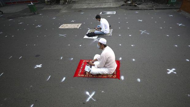 Sejumlah umat Islam di berbagai daerah Indonesia melaksanakan salat Idul Fitri hari ini. Salat Id digelar di stasiun kereta hingga di Gumuk Pasir