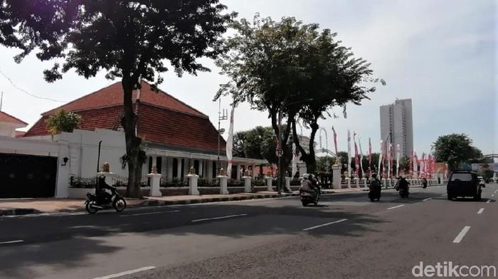 Sejumlah ruas jalan di Kota Surabaya tampak lengang di hari pertama Lebaran. Tak banyak kendaraan terlihat wara-wiri di jalan-jalan Kota Pahlawan.