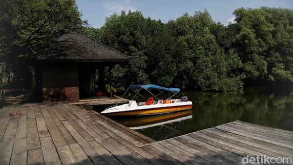 Selain itu, pengunjung juga dapat menyewa perahu hingga menginap di vila.