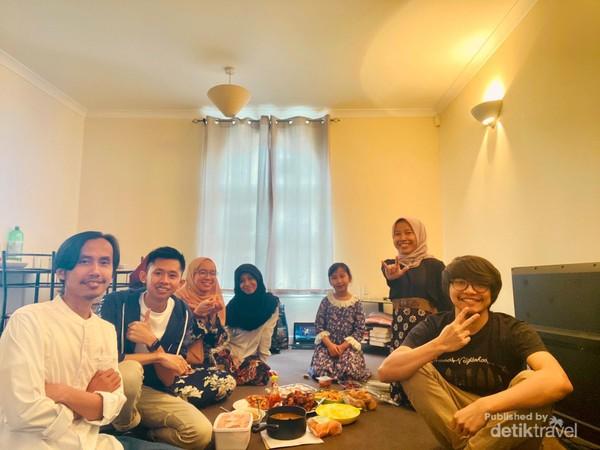 Para pelajar Indonesia dan Malaysia makan bersama usai menunaikan salat Idul Fitri