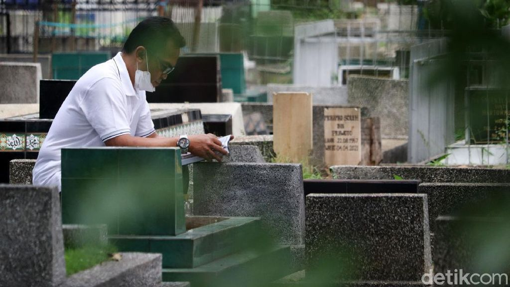 Warga Tetap Ziarah ke TPU Sirnaraga Bandung Meski Ditutup