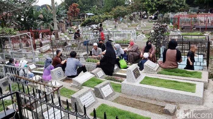 Tempat Pemakaman Umum (TPU) Sirnaraga, Kota Bandung, Jawa Barat ditutup hingga Tanggal 16 Mei 2021. Namun warga tetap melakukan ziarah kubur.