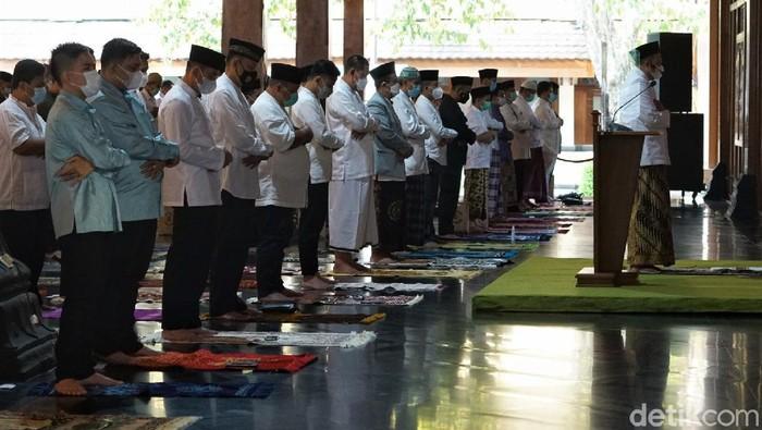 Wali Kota Solo Gibran Rakabuming Raka melaksanakan salat Id di Pendopo Balai Kota Solo. Putra sulung Jokowi itu tampak salat Id bersama sejumlah masyarakat Solo
