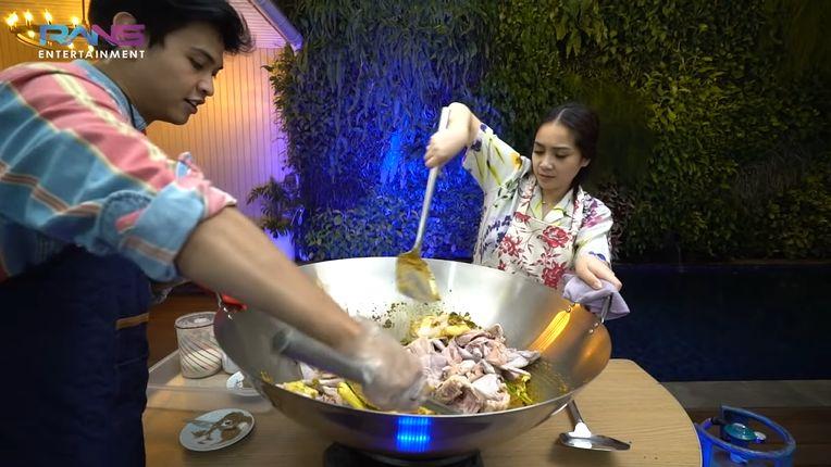 Nagita Slavina Masak Opor Ayam Pakai 10 Ekor Ayam Kampung.