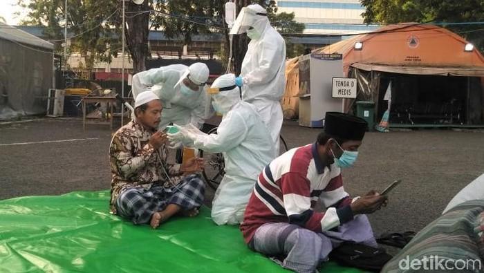 RS Lapangan Indrapura gelar salat Id bersama nakes, relawan, hingga pasien umum dan TKI positif COVID-19. Pelaksanaan salat Id terapkan prokes ketat.