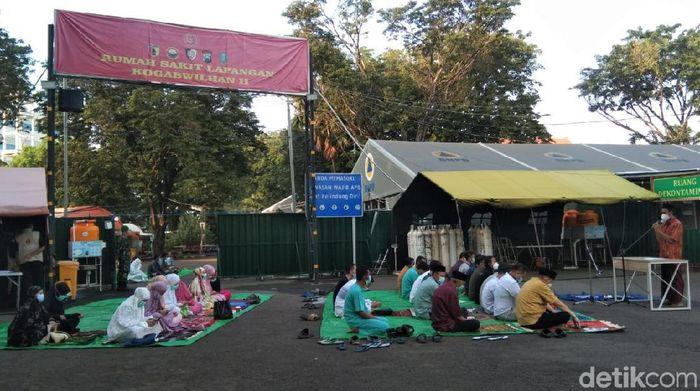 RS Lapangan Indrapura gelar salat Id bersama nakes, relawan, hingga pasien COVID-19. Salat Id dilaksanakan dengan terapkan protokol kesehatan.