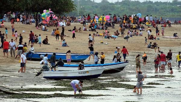 Pantai Sanur, Bali, ramai pengunjung pada hari pertama Idul Fitri 1442 H.