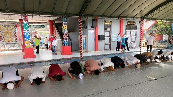 Para warga binaan sujud syukur setelah mendapatkan remisi khusus Idul Fitri (Foto: Muhammad Budi Kurniawan/Detikcom)