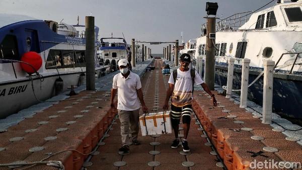 Sejumlah penumpang berjalan keluar pelabuhan usai melakukan penyeberangan dari Kepulauan Seribu.