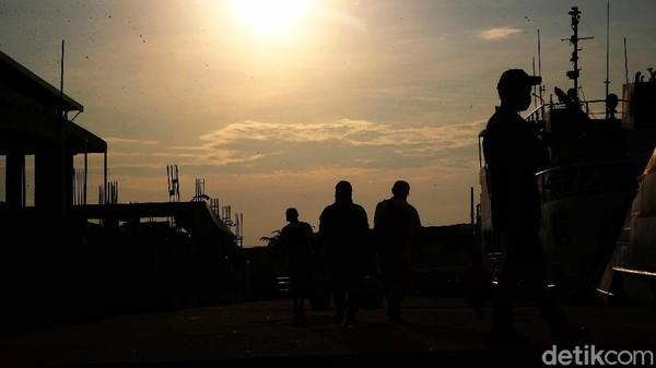 Menurut seorang staf Dinas Perhubungan DKI Jakarta, aktivitas paling ramai ada di pagi hari.