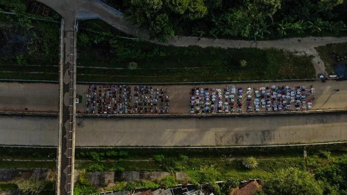Sejumlah warga di Kabupaten Sumedang, Jabar, melaksanakan salat Idul Fitri di ruas jalan Tol Cileunyi-Sumedang-Dawuan (Cisumdawu). Berikut potretnya.