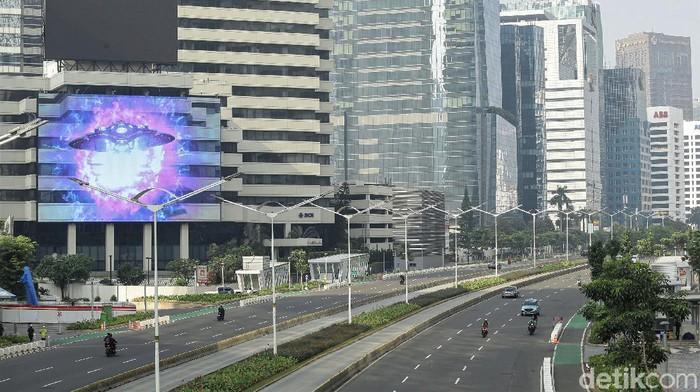 Hiruk pikuk aktivitas warga di Jakarta membuat kota itu selalu sibuk oleh berbagai kegiatan. Namun suasana Ibu Kota hari ini tampak lengang di kala Lebaran.