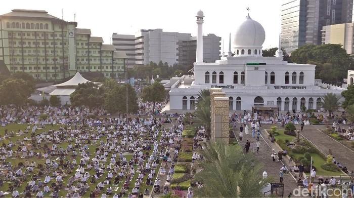 Masjid Agung Al Azhar jadi salah satu masjid yang gelar salat Idul Fitri di Ibu Kota. Seperti apa pelaksanaan salat Id di masjid tersebut? Berikut potretnya.