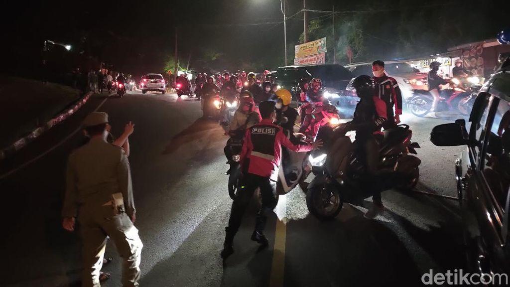 Membeludak! Ribuan Pemudik Jebol di Penyekatan Puncak Cianjur