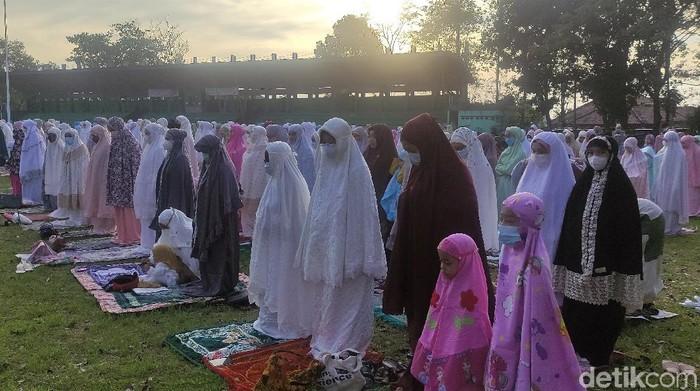 Warga di Kabupaten Cianjur, Jabar, melaksanakan salat Id di Lapangan Taman Prawatasari. Pelaksanaan salat Id terapkan prokes ketat guna cegah penyebaran Corona.
