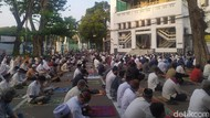 Jemaah Salat Id di Masjid Cut Meutia Jaga Jarak, Saf Meluas Sampai ke Jalan