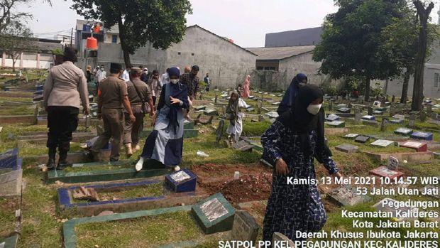 Satpol PP Halau Puluhan Peziarah di TPU Utan Jati Jakbar (Foto: dok Satpol PP Pegadungan)