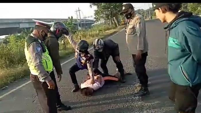 Seorang pemuda berinisial HS (30) warga Desa Gempol Sampurno Sidoarjo, tiba-tiba mengamuk di tengah jalan arteri Porong
