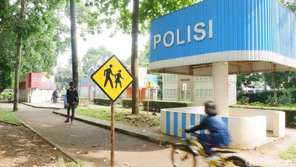 Beberapa di antaranya berkendara sepeda sambil belajar rambu-rambu lalu lintas, dan yang lainnya naik kereta api mini.
