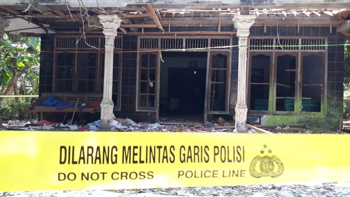 TKP Petasan maut di Desa Ngabean, Kecamatan Mirit, Kebumen. Rumah milik warga bernama Untung ini rusak parah akibat ledakan petasan pada Rabu (12/5/2021) sore.