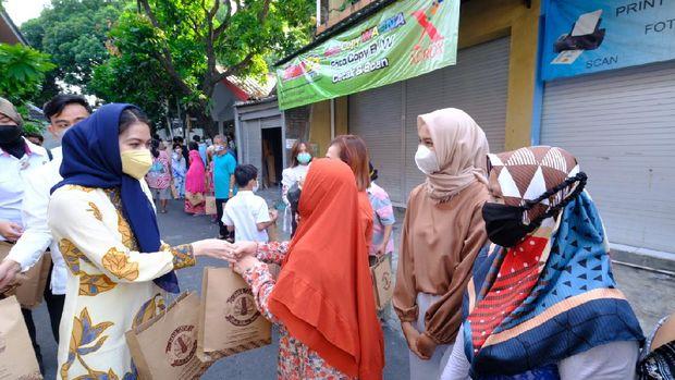 Wali Kota Solo Gibran Rakabuming Raka dan istrinya Selvi Ananda salat Id di Pendopo Balai Kota Solo, Kamis (13/5/2021)