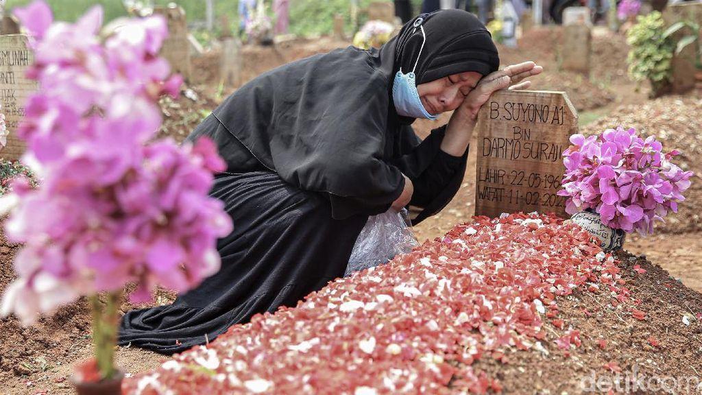 Warga di Tangsel Ziarah ke Makam Korban COVID-19 Saat Lebaran