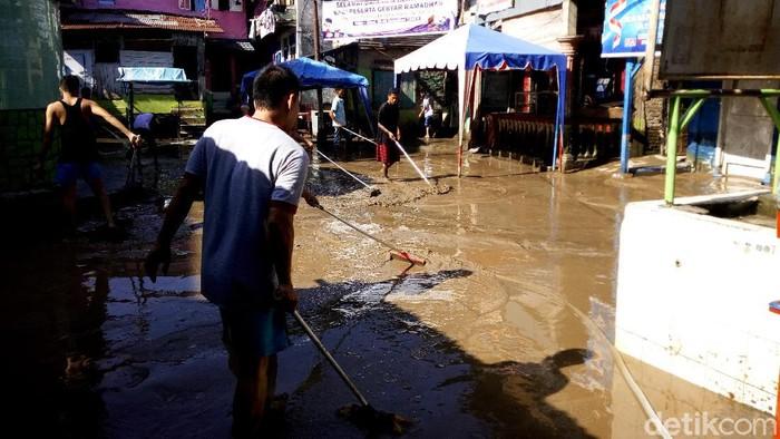 Warga Kampung Aur bersihkan lumpur di hari pertama Lebaran